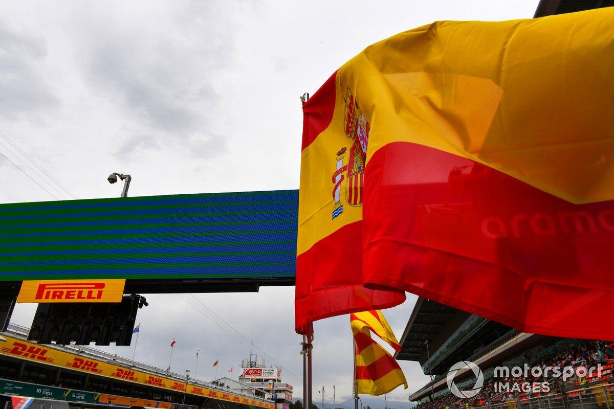 La bandera española ondea sobre la parrilla