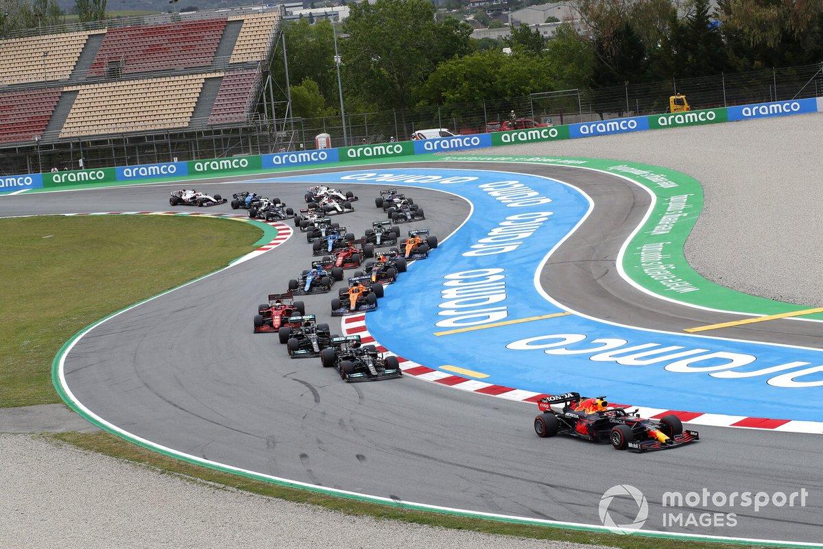 Max Verstappen, Red Bull Racing RB16B, Lewis Hamilton, Mercedes W12, Valtteri Bottas, Mercedes W12, Charles Leclerc, Ferrari SF21, Daniel Ricciardo, McLaren MCL35M, y el resto de la parrilla en la salida