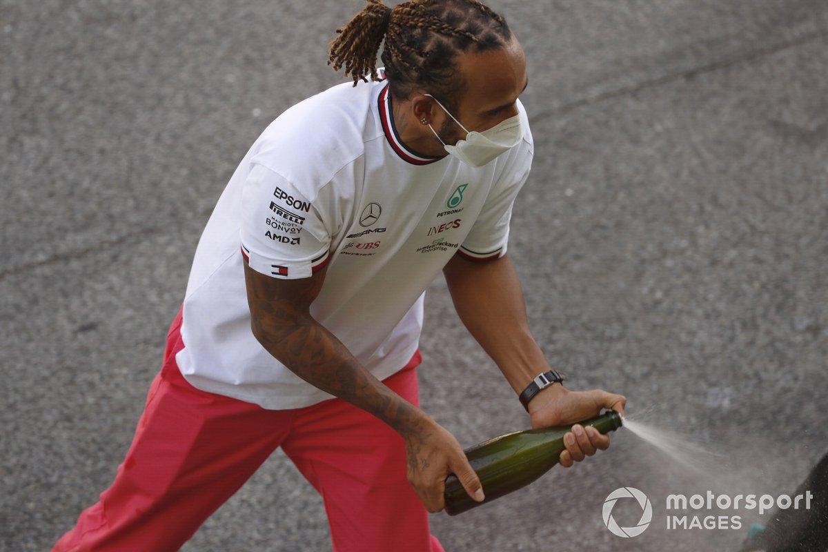 Lewis Hamilton, Mercedes, primera posición, celebra su victoria con su equipo