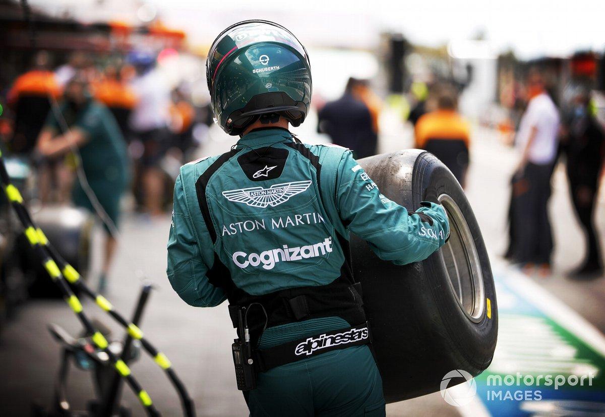Mecánicos de Aston Martin durante la práctica de la parada en boxes