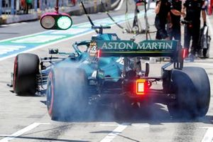 Lance Stroll, Aston Martin AMR21, in de pits