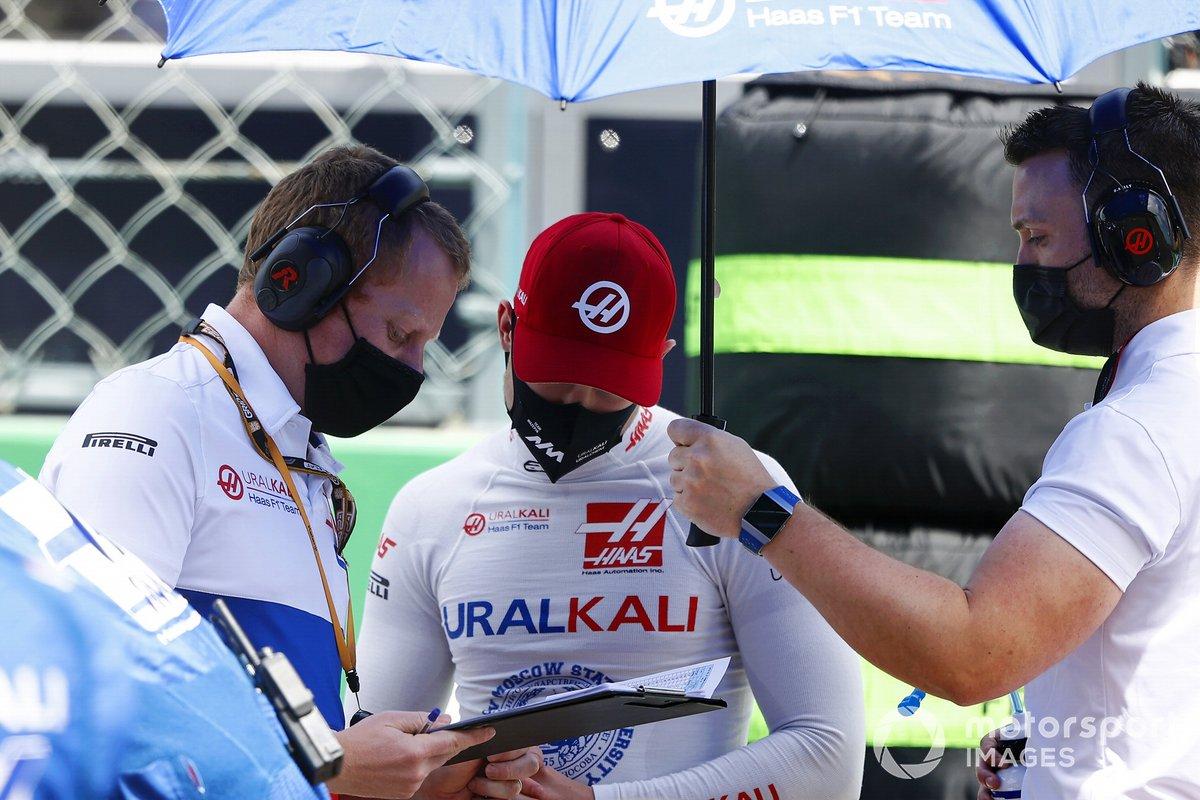 Nikita Mazepin, Haas F1, con un ingenireo