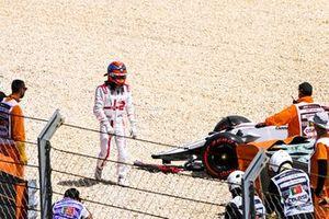 Kimi Raikkonen, Alfa Romeo Racing, à pied abandonne la course