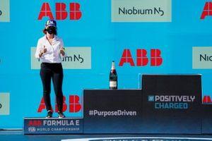 Delphine Biscaye, directora del equipo Venturi, en el podio