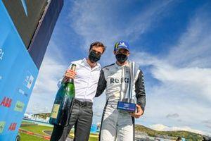 Jerome d'Ambrosio, director adjunto del equipo, Venturi Racing, Edoardo Mortara, Venturi Racing, primera posición, celebra en el Parc Ferme