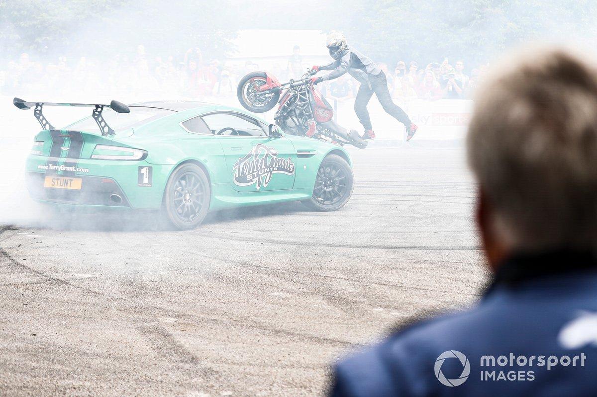 Mario Andretti viendo la actuación de Terry Grant Stunt