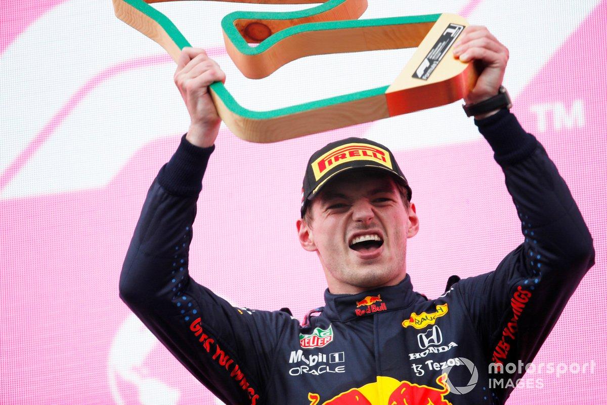 Podio: ganador de la carrera Max Verstappen