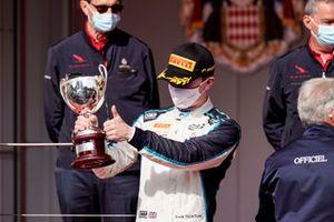 Dan Ticktum, Carlin, 2ᵉ (avant la disqualification du vainqueur) avec son trophée sur le podium