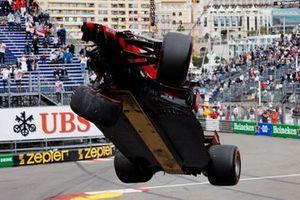 The car of Charles Leclerc, Ferrari SF21, is craned away
