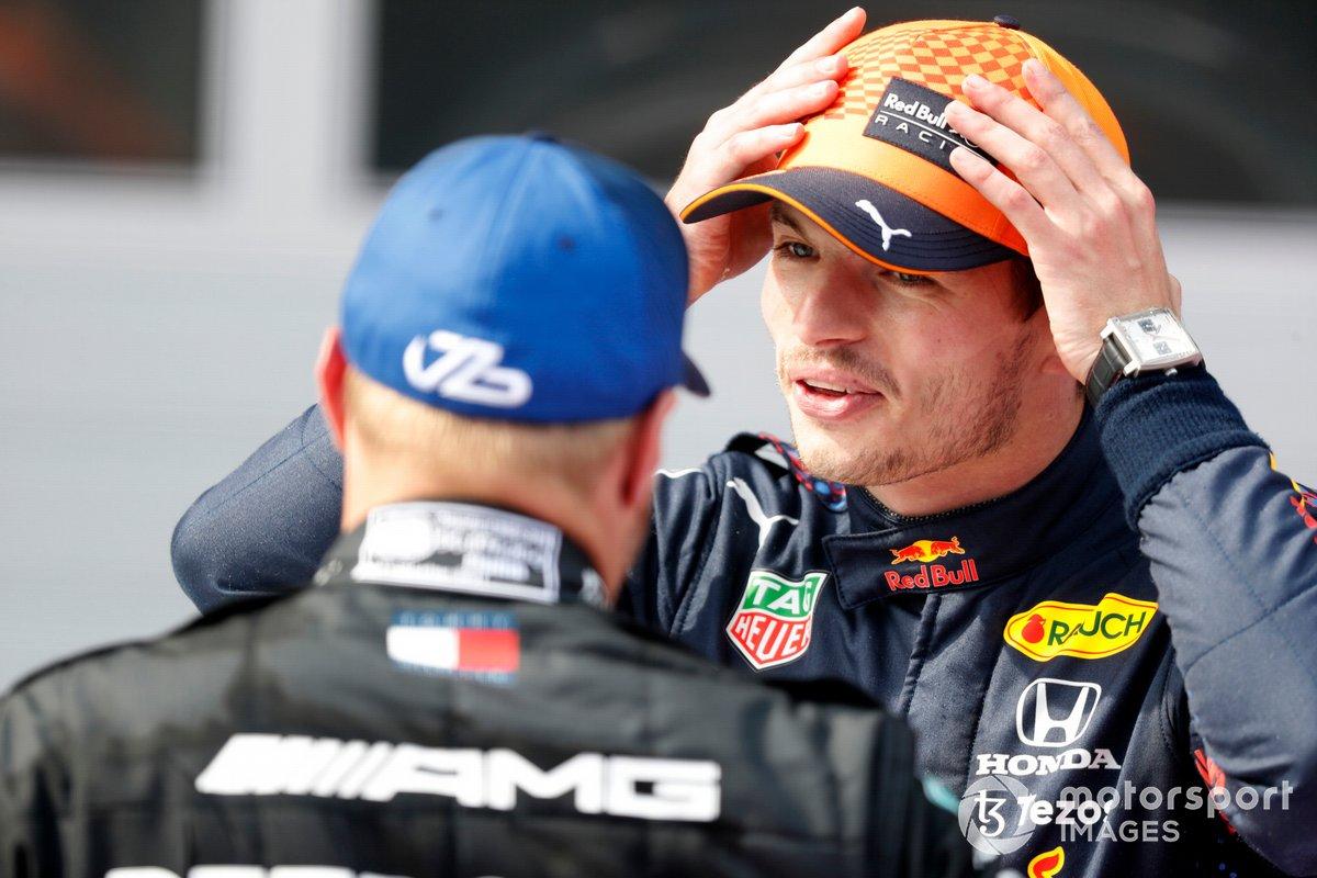 Segundo lugar Valtteri Bottas, Mercedesa, y el ganador Max Verstappen, Red Bull Racing, en Parc Ferme