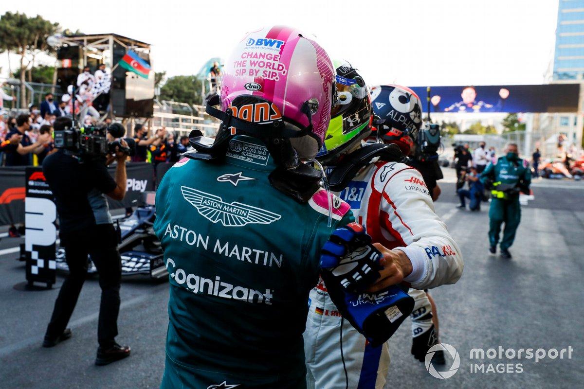 Sebastian Vettel, Aston Martin, 2ª posición, es felicitado por Mick Schumacher, Haas F1, en el Parc Ferme