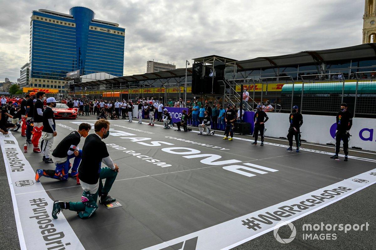 Los pilotos se ponen de pie y se arrodillan en apoyo de la campaña Fin del Racismo