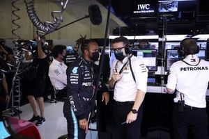 Lewis Hamilton, Mercedes, and Andrew Shovlin, Trackside Engineering Director, Mercedes AMG, in the garage