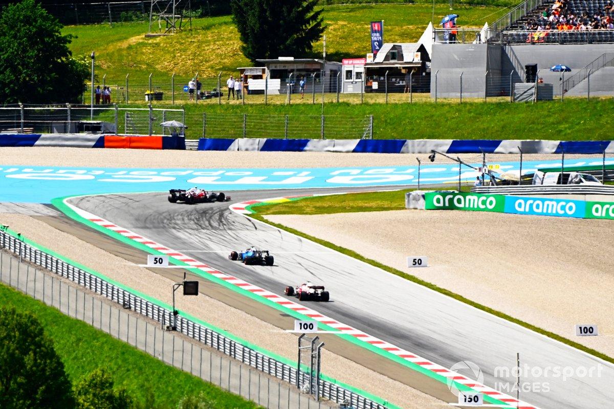 Antonio Giovinazzi, Alfa Romeo Racing C41, George Russell, Williams FW43B, e Kimi Raikkonen, Alfa Romeo Racing C41