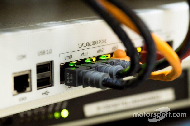 Интернет только зарождался. Он был доступен всего лишь 0,9% населения мира
