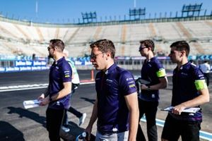 Robin Frijns, Envision Virgin Racing on a track walk with his team