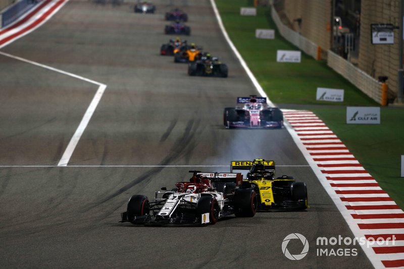 Kimi Raikkonen, Alfa Romeo Racing C38, precede Nico Hulkenberg, Renault R.S. 19