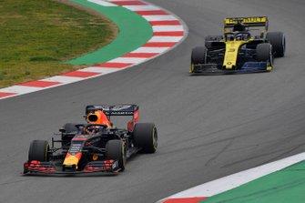 Max Verstappen, Red Bull Racing RB15 en Daniel Ricciardo, Renault F1 Team R.S. 19