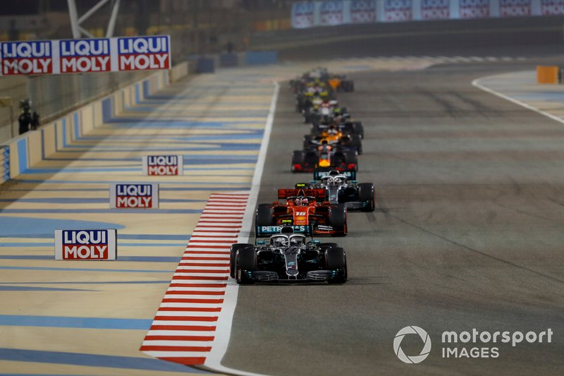 Valtteri Bottas, Mercedes AMG W10, Charles Leclerc, Ferrari SF90, y Lewis Hamilton, Mercedes AMG F1 W10