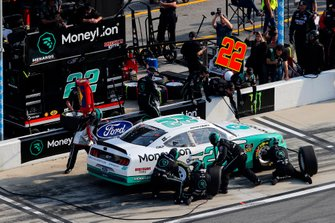 Austin Cindric, Team Penske, Ford Mustang MoneyLion pit stop