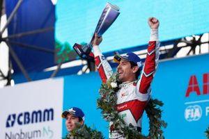 Lucas Di Grassi, Audi Sport ABT Schaeffler, fête sa victoire avec son trophée sur le podium