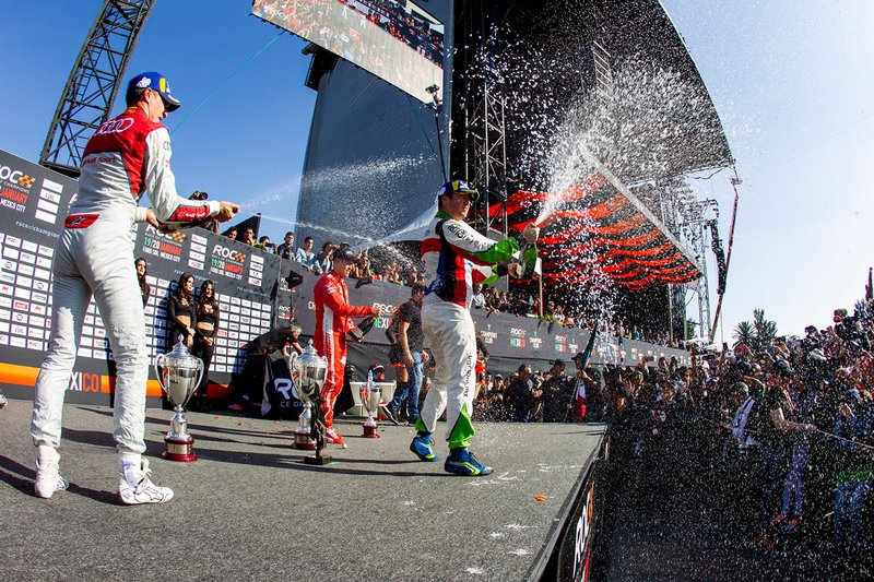 Il vincitore Benito Guerra festeggia sul podio con il secondo classificato Loic Duval e il vincitore della ROC Skills Challenge, Sebastian Vettel