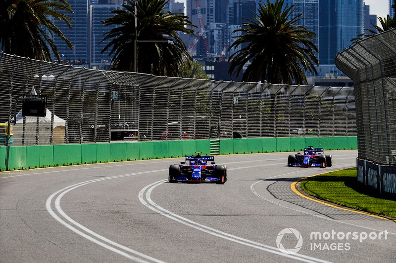 Алекс Албон, Toro Rosso STR14, попереду Данііла Квята, Toro Roso STR14