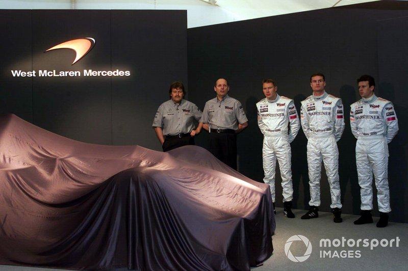 Norbert Haug, Ron Dennis, Mika Hakkinen, David Coulthard y el piloto de pruebas Olivier Panis