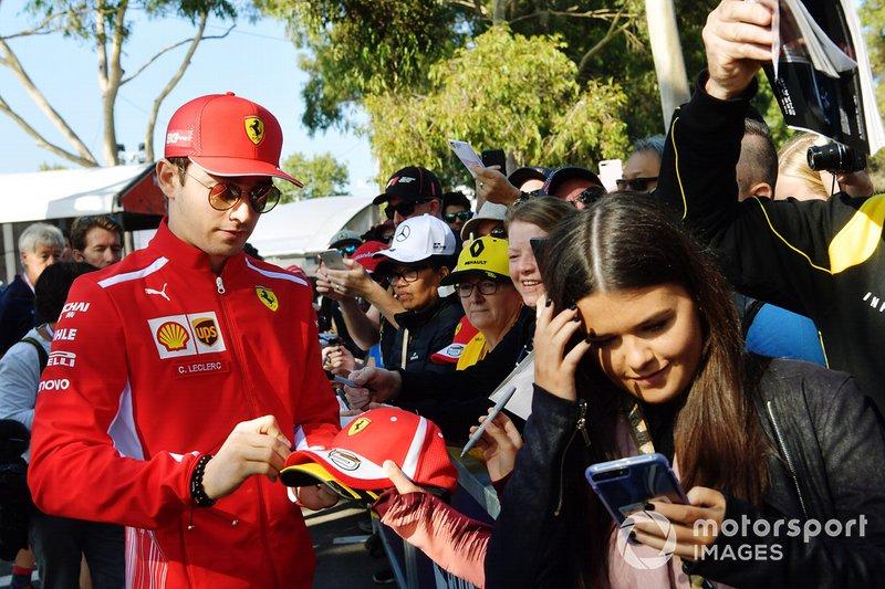 Charles Leclerc, Ferrari, firma autografi ai tifosi