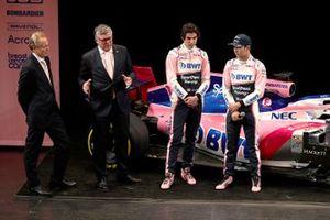Технический директор Racing Point F1 Team Эндрю Грин, руководитель команды Отмар Сафнауэр, гонщики Лэнс Стролл и Серхио Перес, автомобиль RP19
