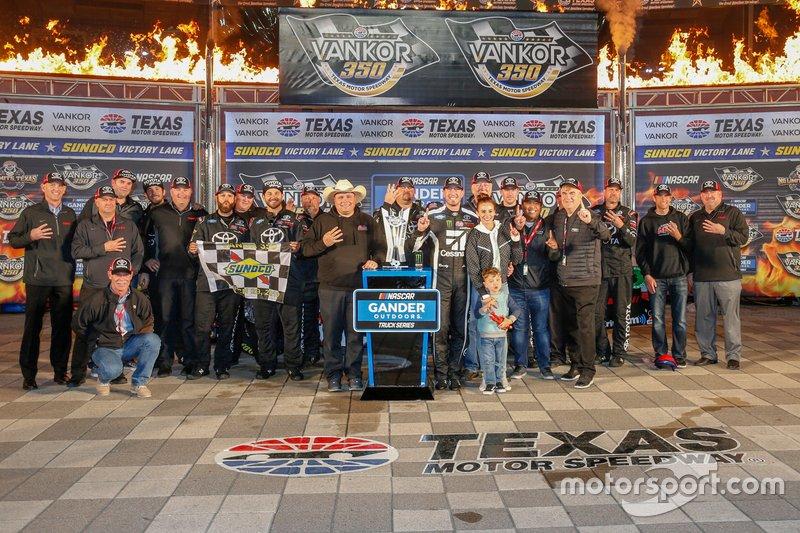 Race Winner Kyle Busch, Kyle Busch Motorsports, Toyota Tundra Cessna and Toyota Executives