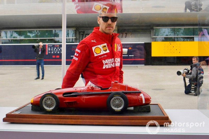 Sebastian Vettel, Ferrari, ammira il modellino di una Maserati 250F