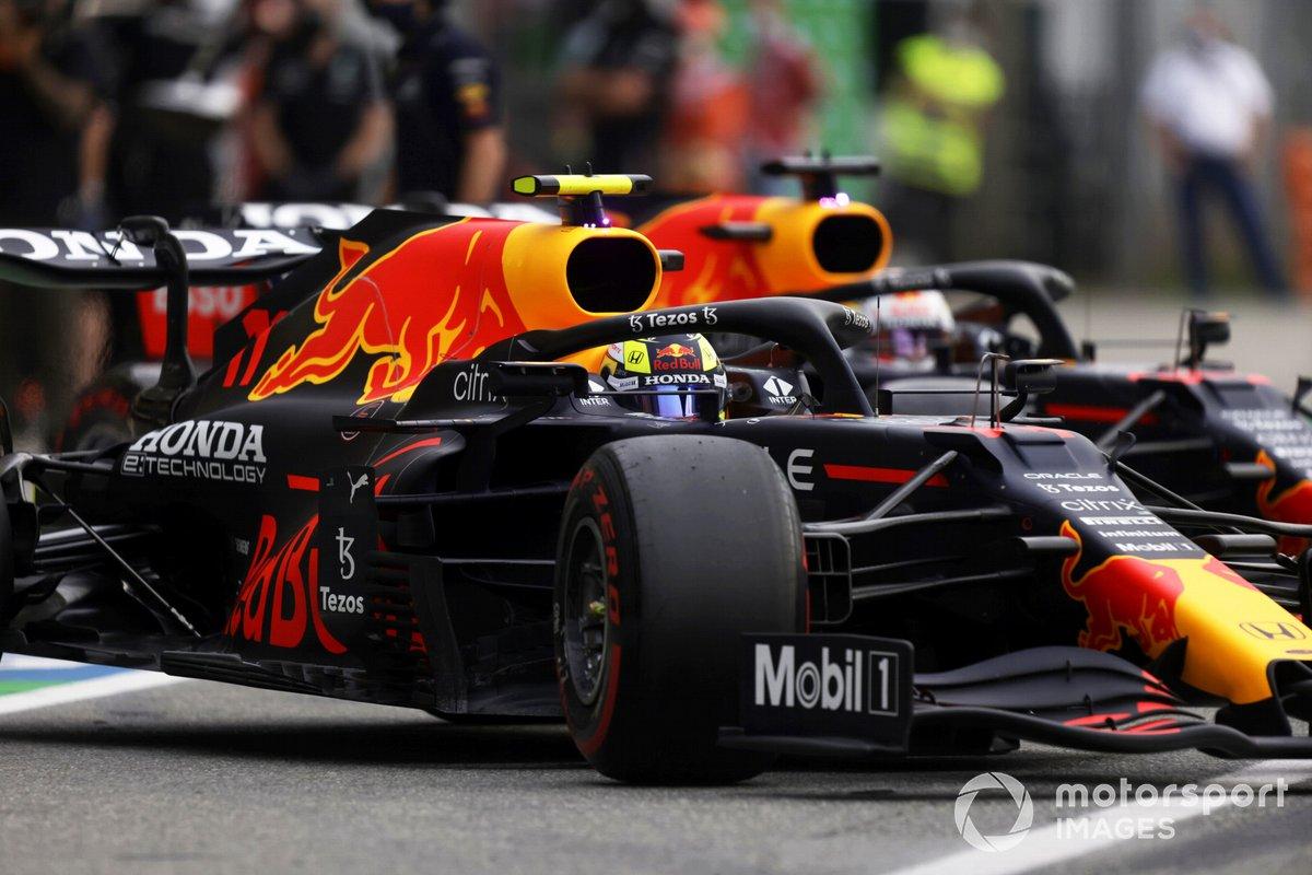 Sergio Pérez, Red Bull Racing RB16B, sale del garaje