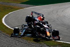 L'incidente tra Lewis Hamilton, Mercedes W12, e Max Verstappen, Red Bull Racing RB16B alla prima variante