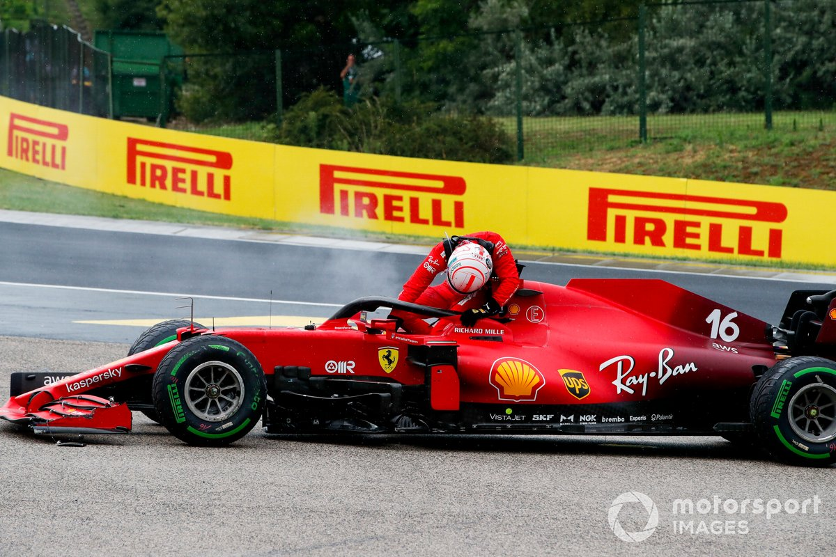 Charles Leclerc, Ferrari SF21, se baja de su coche dañado