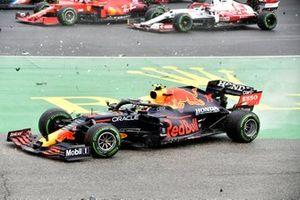 Sergio Perez, Red Bull Racing RB16B, dans le crash du départ