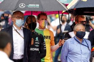Stefano Domenicali, CEO, Formula 1, Lewis Hamilton, Mercedes, and Sebastian Vettel, Aston Martin, Jean Todt, President, FIA, on the grid