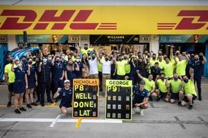Nicholas Latifi, Williams Racing y George Russell, Williams Racing celebran con el equipo