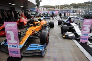 Carlos Sainz Jr., Ferrari SF21, le poleman Lando Norris, McLaren MCL35M, et George Russell, Williams FW43B, arrive dans le parc fermé