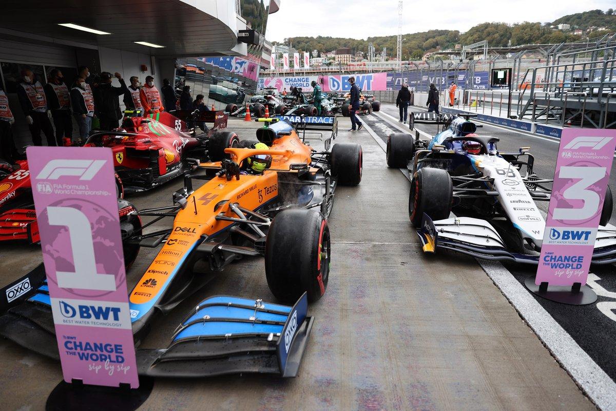 Carlos Sainz Jr, Ferrari SF21, pole man Lando Norris, McLaren MCL35M, e George Russell, Williams FW43B, arriva nel Parc Ferme
