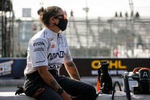 Un membre de l'équipe de Felix Rosenqvist, Arrow McLaren SP Chevrolet
