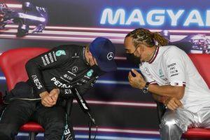 Valtteri Bottas, de Mercedes, y ganador de la pole Lewis Hamilton, de Mercedes en la conferencia de prensa
