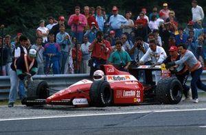 Andrea de Cesaris, y Pierluigi Martini chocaron, deteniendo la carrera