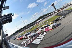 A.J. Allmendinger, Kaulig Racing, Chevrolet Camaro Hyperice, Austin Cindric, Team Penske, Ford Mustang Carshop