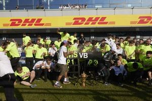 Lewis Hamilton, Mercedes, 1st position, and the Mercedes team celebrate victory