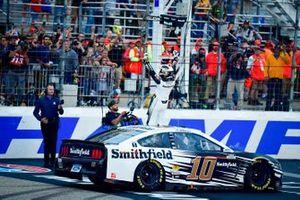 Ganador Aric Almirola, Stewart-Haas Racing, Ford Mustang Smithfield celebra