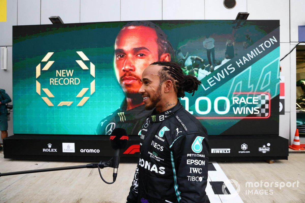 Ganador Lewis Hamilton, Mercedes, es entrevistado en Parc Ferme