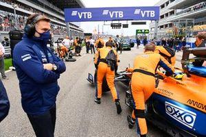 Jost Capito, CEO van Williams, kijkt toe als Lando Norris, McLaren MCL35M, aankomt op de grid