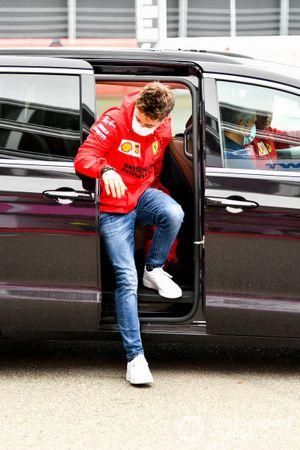 Charles Leclerc, de Ferrari, llega al paddock
