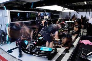 Monteurs werken aan de auto van Lewis Hamilton, Mercedes W12